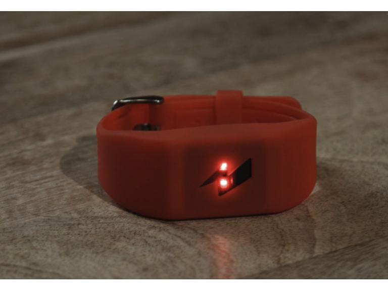 Si gastas mucho dinero esta pulsera te lanzará una descarga eléctrica