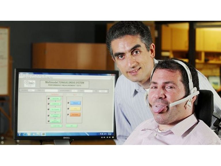Piercing para la lengua que permite manejar una silla de ruedas